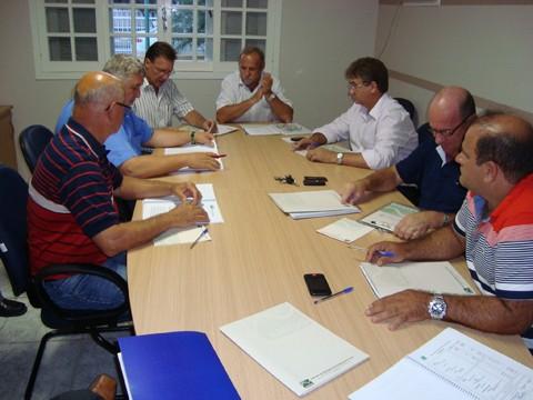 Prefeitos da Amesg reuniram-se para traçar as metas para este ano. Presidente eleito por unanimidade, Nei (o primeiro da direita para a esquerda) destaca a necessidade de obras de pavimentação.