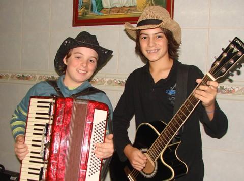 A dupla Guilherme e Henrique foi formada há apenas seis meses e já é sucesso no Vale. Eles já se apresentaram em várias festas em cidades da região, programas de rádio e no Canta Viola Sul, da Unisul TV.
