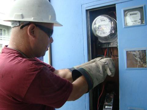 Corte de luz: Hoje, o prazo para desligar a energia é de 20 dias. Quando a conta atrasa em dez dias, uma notificação da Celesc é enviada para o Serviço de Proteção ao Crédito (SPC). Depois de 20 dias, o cliente recebe um aviso de desligamento da energia.