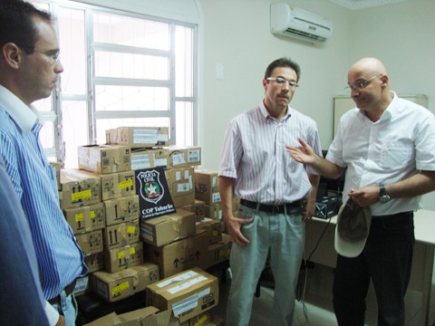 O prefeito Manoel Bertoncini foi à COP, acompanhado do secretário de saúde, Roger Augusto Vieira e Silva, para receber os medicamentos.