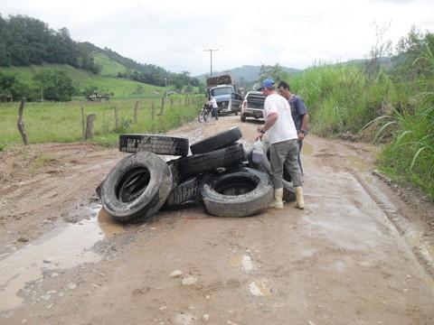 Moradores fizeram uma barreira com pneus para fechar a SC-439 nesta sexta-feira.