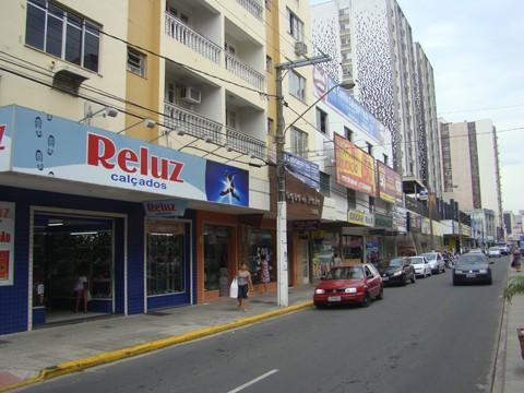 Na avenida Marcolino Martins Cabral, vários anúncios não foram colocados conforme pede o Código de Posturas.