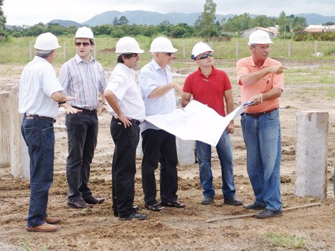Acompanhado pelo vice-prefeito, Pepê Collaço (PP), e pelos secretários de desenvolvimento urbano, Nilton de Campos, e de meios e suprimentos, Aristeu Cavalca, o prefeito Manoel Bertoncini (PSDB) conheceu detalhes do projeto arquitetônico do complexo.