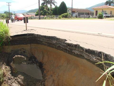 Cratera nas proximidades do Neblina Motel, em Braço do Norte, preocupa os moradores. Buraco fica em uma região bastante povoada e movimentada. Obras emergenciais serão feitas.