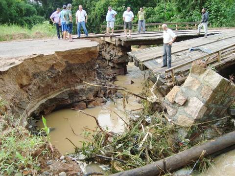 No Distrito de Pindotiba, a ponte mista cedeu. A secretaria de obras conseguiu garantir a manutenção de uma das pistas.