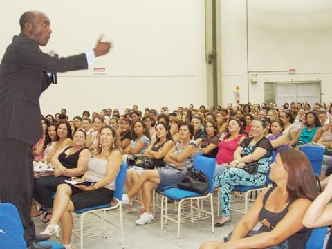 """Consultor e professor João Carlos de Oliveira divertiu a plateia. A palestra deu uma """"injeção"""" de ânimo nos educadores."""