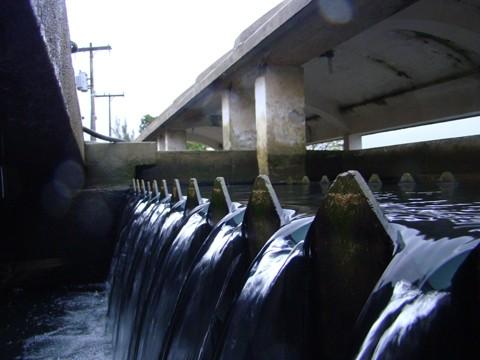 Desde 2005, quando ocorreu a municipalização da água em Tubarão, o sistema de abastecimento de água é administrado por meio de contrato emergencial, pelo consórcio Enops/Esteio/Saneter.