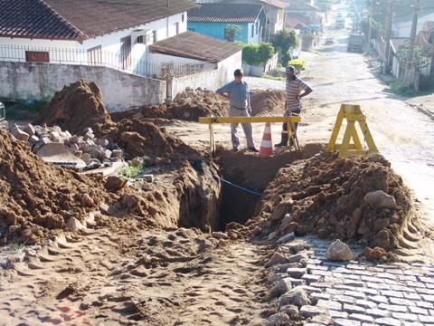 Rede de drenagem estourou e túneis começaram a abrir-se no subsolo da rua Pedro Gomes de Carvalho.