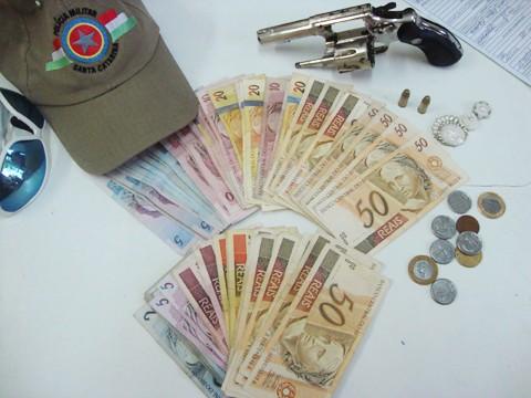 R$ 1,5 mil em dinheiro e a arma usada no assalto, com duas munições intactas, foram apreendidos.