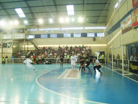 Ariel chuta para marcar o terceiro gol da Hipperfreios/Unisul na partida.