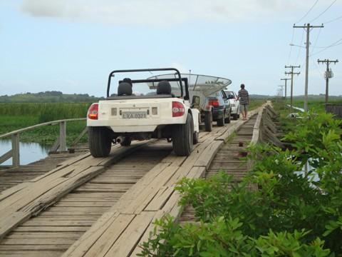 Muitas pessoas utilizam a ponte de Congonhas, mas a estrutura é precária. Em cima da passagem, os pedestres também não têm qualquer segurança na travessia.