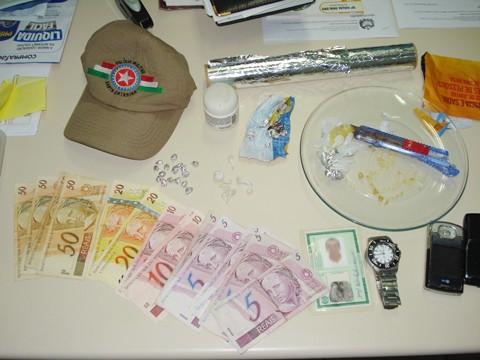 A apreensão resultou em 28 pedras de crack já prontas para a venda, várias outras que seriam embaladas e R$ 305,00 em dinheiro.