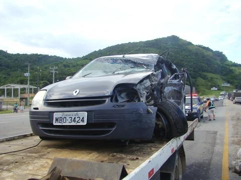 O motorista Nirlei Batista morreu no local do acidente. Seu carro ficou completamente destruído.