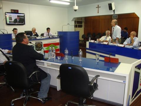 Após muito bate-boca, especialmente entre os colegas Deka May (PP) e João Fernandes (PSDB), o projeto da reforma foi aprovado. João foi o único a votar contrário à matéria.