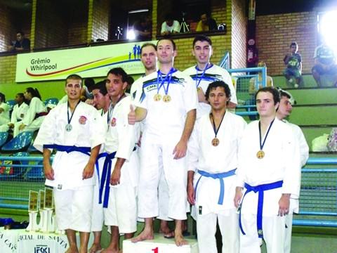 No alto do pódio: André, Fabrício (no centro) e Felipe. Eles conquistaram o ouro no kata em equipe. O grupo tem o apoio da secretaria de cultura, esporte e turismo da prefeitura de Tubarão e da CME