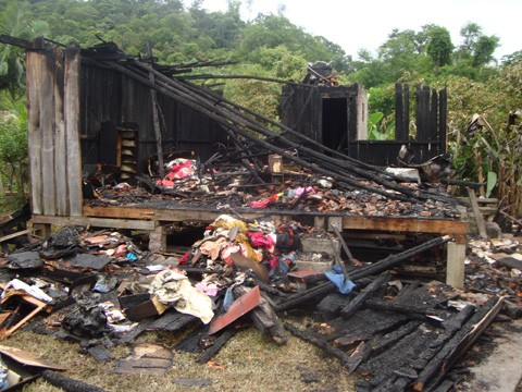 Casa foi destruída pelo fogo. Chamas queimaram também a casa do lado.