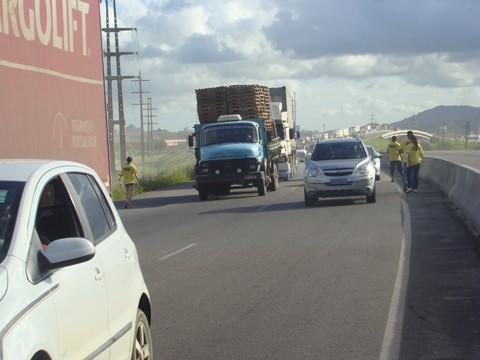 Voluntários da ONG Vias do Sul levaram faixas para protestar contra a demora das obras de duplicação da BR-101.