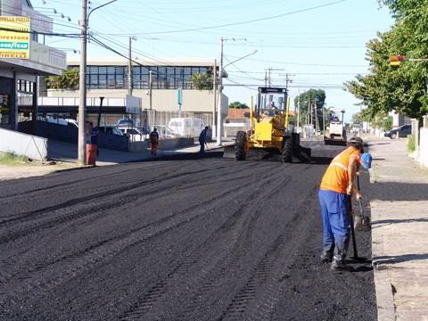 A primeira etapa da obra da recuperação asfáltica da rua Januário Alves Garcia ficou pronta ontem. A segunda será concluída até amanhã.