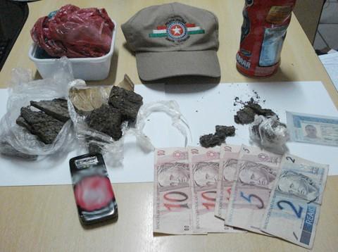 Droga, embalagens e dinheiro foram apreendidos na casa do traficante