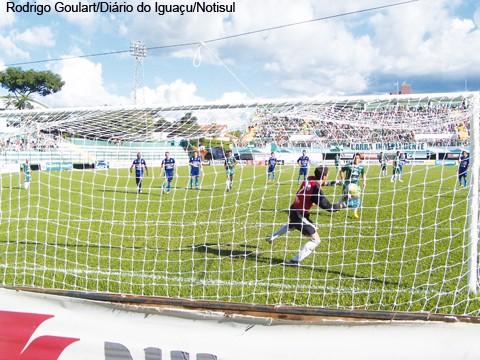 Goleiro Sérgio defendeu um pênalti e salvou o Imbituba de levar o terceiro ontem.