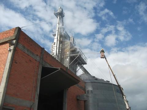 Os bombeiros utilizaram 204 mil litros de água para conter o incêndio.
