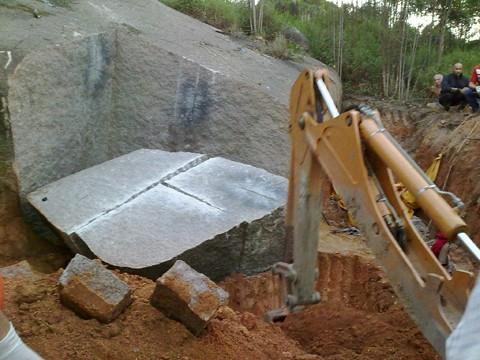 Parte da pedra foi retirada pela retroescavdeira para a remoção do corpo de Ricardo, que ficou soterrado.