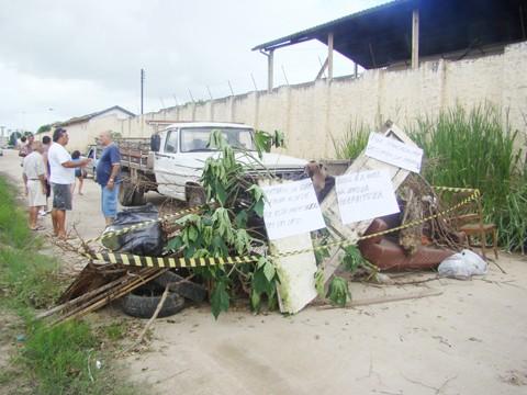 Moradores fecharão a rua todos os dias até que uma providência seja tomada.