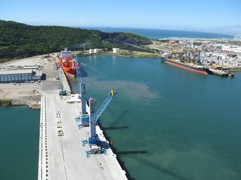Com a finalização das obras de ampliação do Porto de Imbituba, a chegada dos portêineres Super Post Panamax e o aprofundamento do calado, a fronteira do sul catarinense será capaz de receber navios de 5ª geração