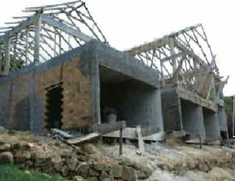 Casa foi erguida no topo de um morro a menos de 50 metros de uma nascente. Além disso a área fica dentro da APA Baleia Franca