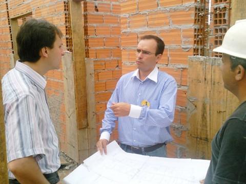 Pepê Collaço (E) e Roger (D) vistoriaram ontem a obra do novo posto da comunidade do bairro Passagem.