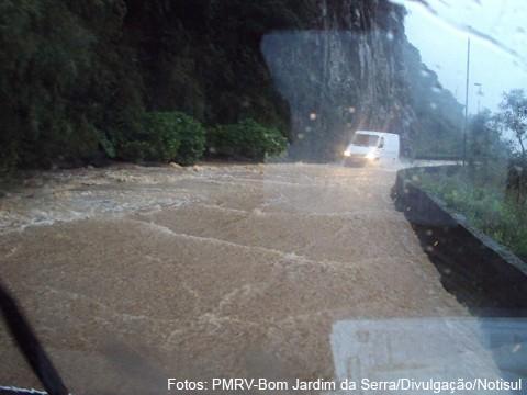 Na Serra do Rio do Rastro, ontem, a estrada literalmente transformou-se em um rio de água, lama e muita pedra.