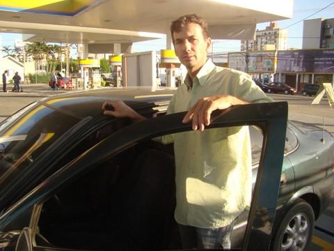 """""""Se eu não tivesse comprado um carro movido a GNV, certamente já teria feito a troca"""". Quem atesta é o empresário Rogério Ricardo (foto). E ele está na vantagem: o GNV é o único combustível que não deve sofrer aumento nos próximos dias."""