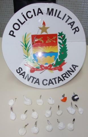 Dezoito papelotes foram encontrados com os rapazes. Deste total, 11 estavam escondidos na cueca de um deles.