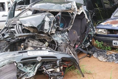 O Corsa onde estavam Gabriela e o pai, Luiz Carlos, ficou completamente destruído.