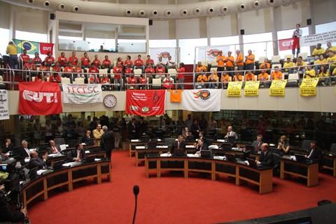 Diversas classes de trabalhadores acompanharam a votação.