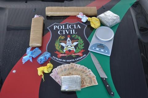 Três quilos de maconha, uma balança de precisão e R$ 730,00 foram apreendidos pela Polícia Civil.