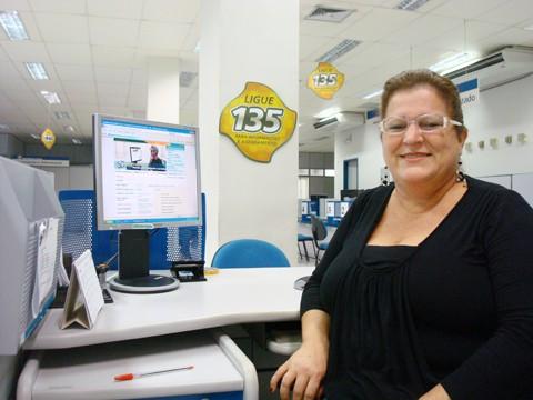 Maria Aparecida mostra como é fácil e muito mais rápido acessar vários serviços da Previdência Social pela internet.