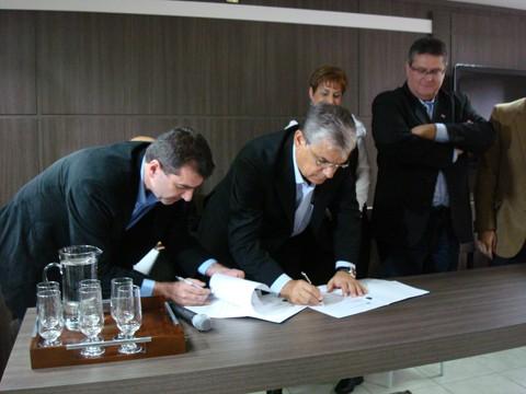 O secretário estadual de infraestrutura, Valdir Cobalchini, e o governador em exercício, Eduardo Pinho Moreira, assinaram o repasse de verba para finalizar a estrutura do Aeroporto Regional Sul, em Jaguaruna, nesta sexta-feira, em Tubarão.
