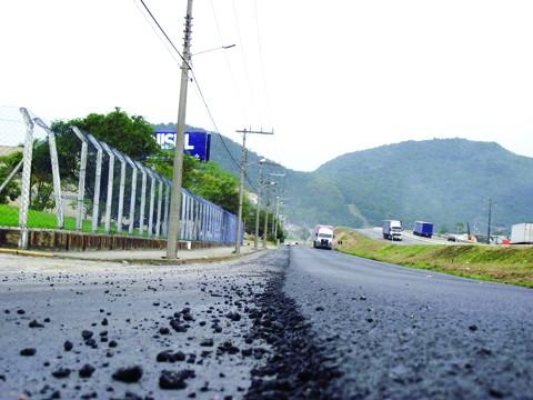 A Rua Deputado Olices Pedro de Caldas, paralela à BR-101, em Tubarão, começou a ser recapeada. Trabalhos seguem até sexta-feira
