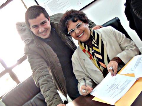Diretora do departamento socioeducativo da secretaria de justiça e cidadania, Bernadete Sant'anna, e o presidente da ONG, Eduardo Milioli, na assinatura do convênio.