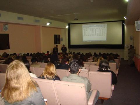 Professores votaram pelo fim greve. No detalhe, a professora  Mariléia Barbosa reclama do aumento, pelo qual considera pequeno.