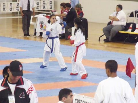 A campeã brasileira Ana Carolina lutando nos tatames. No detalhe, Ana nos tempos de bailarina