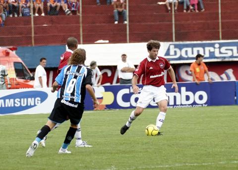 Michel Nunes (com a bola) jogou pela Ulbra (RS). O atleta teve passagem pelo Grêmio e foi um dos destaques do Imbituba no acesso em 2009 e no 4º lugar na série A do Estadual em 2010