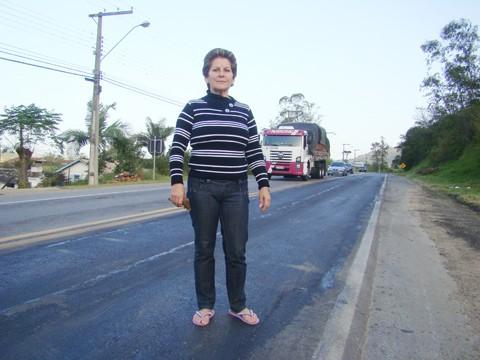 Terezinha reclama da operação tapa-buracos: os desníveis prejudicam os carros.