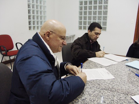 O prefeito Manoel Bertoncini assinou o Termo de Ajuste de Conduta (TAC) com o promotor de justiça Sandro de Araújo, na manhã de ontem. O objetivo é regularizar os espaço onde a publicidade de rua será permitida em Tubarão.