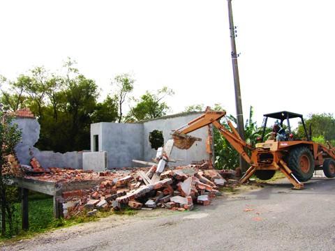 Casa construída às margens do Rio Seco, em Tubarão, foi um dos imóveis demolidos na manhã de ontem pela prefeitura