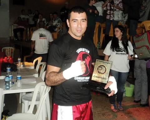 Willian com o troféu de campeão do torneio estadual Felino Fight, conquistado há duas semanas, em Criciúma.