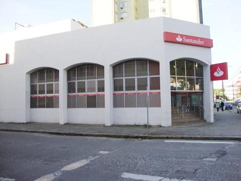 A agência do Santander em Tubarão foi alvo dos bandidos.