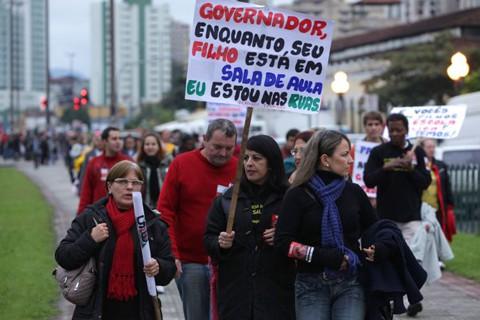Professores marcharam pelas ruas de Florianópolis para reivindicar melhores condições e salários