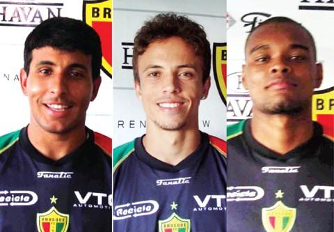 Da esquerda para a direita, Paulinho, Tom e Tayron são disputados por Hercílio Luz e Atlético Tubarão.